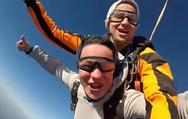 В Україні зробили перший тандем-стрибок з парашутом з повітряної кулі