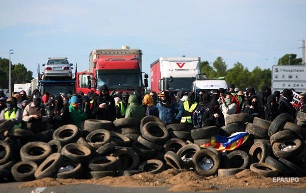 В Каталонии блокируют автомагистрали и железнодорожные пути