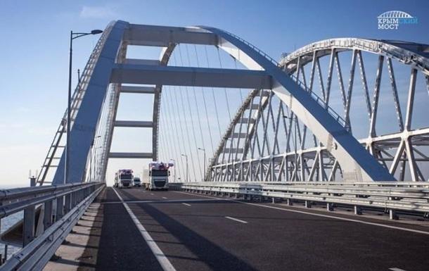 У Криму зупинилася Керченська переправа після запуску вантажівок мостом