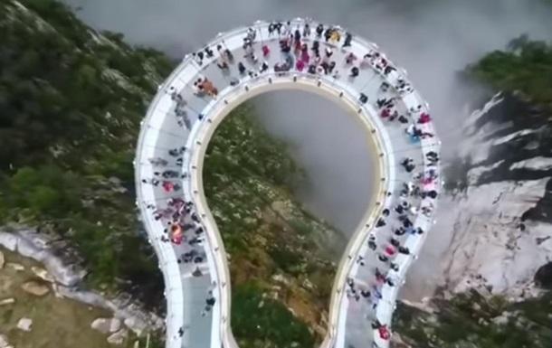 У Китаї з явився скляний міст зі спецефектами