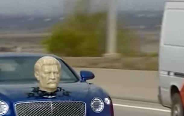 У Грузії помічений Bentley з головою Сталіна