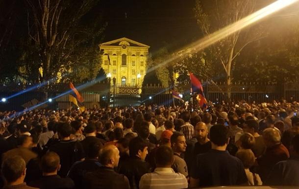 У Вірменії учасники протесту заблокували будівлю парламенту