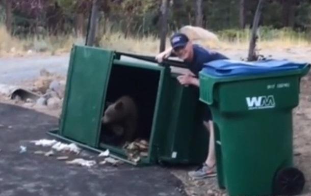 У США врятували ведмежат, які застрягли в смітнику