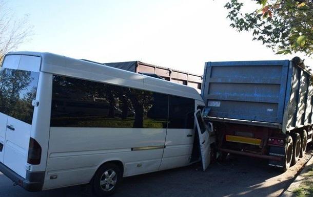 У Миколаєві маршрутка врізалася у фуру: десять постраждалих