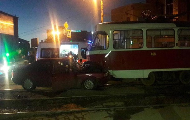 У Харкові Audi врізалося в трамвай, є постраждалі