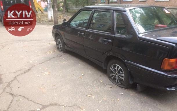У Києві прокололи колеса більше десяти авто