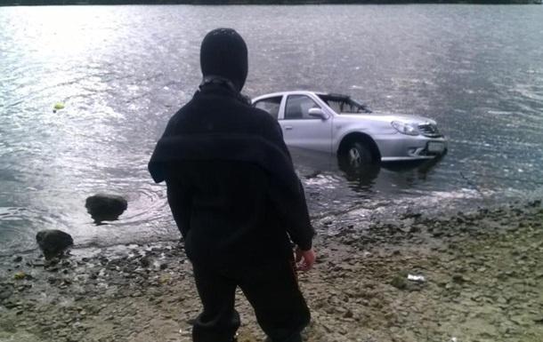 У Києві авто скотилося в Дніпро, водій загинув