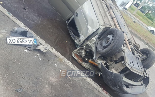 У Києві сталося лобове зіткнення двох авто