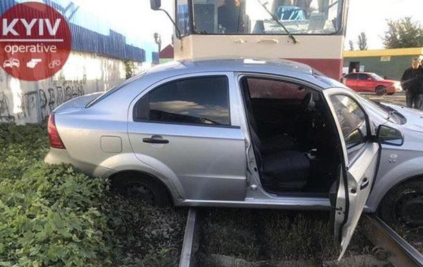 У Києві трамвай протаранив автомобіль