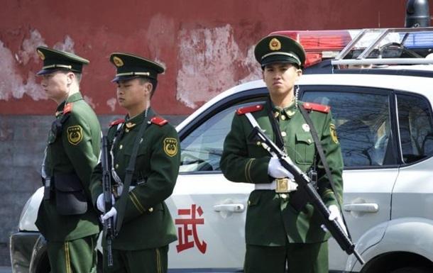 Китаєць напав на перехожих і врізався в натовп на авто, є жертви