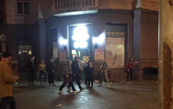 У Києві натовп дітей пограбував магазин – журналіст