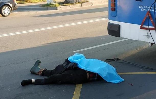 У Вінниці пішохід загинув під колесами легковика і тролейбуса