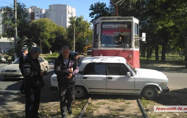 У Миколаєві трамвай протаранив легковик і протягнув 20 метрів