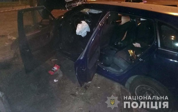 В Киеве такси столкнулось с электроопорой, погиб пассажир