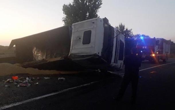 У Черкаській області перекинулася вантажівка з причепом