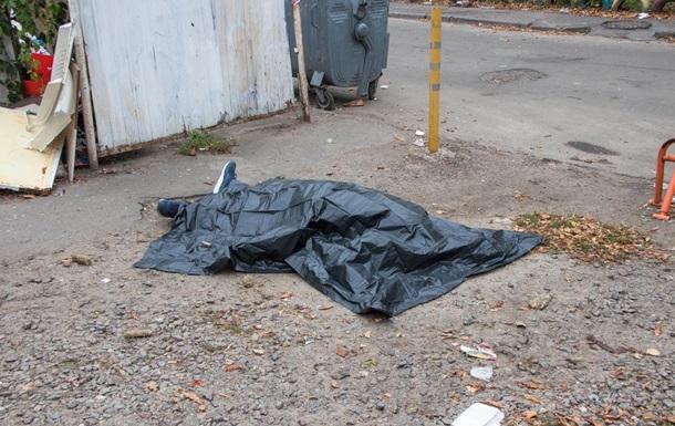 У Києві на території школи знайшли труп чоловіка