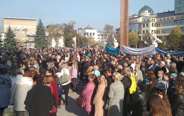 В Ивано-Франковске учителя и врачи требовали повышения зарплат под ОГА