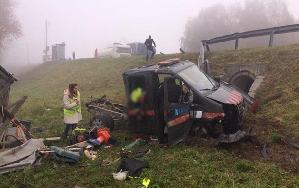 На Львівщині в ДТП з фурою постраждали семеро людей