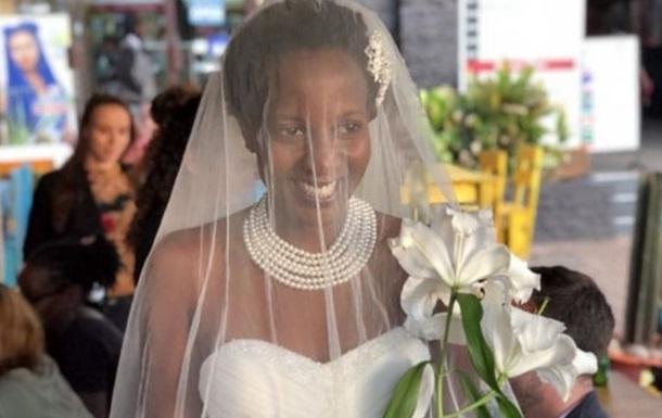 Дівчина уклала шлюб з собою через докори рідні