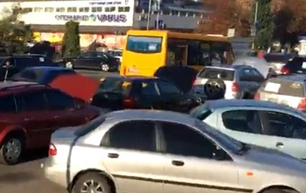 Авто на єврономерах заблокували вулиці в Києві
