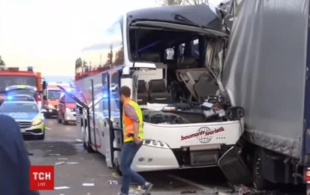 В Германии автобус с туристами врезался в грузовик: 35 пострадавших
