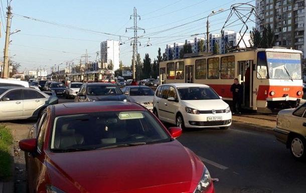 В Киеве возле метро Черниговская остановились трамваи