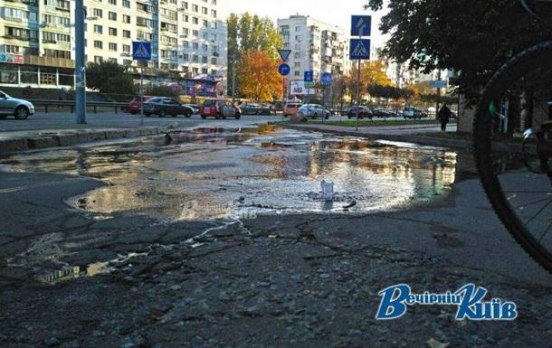В Киеве дорогу залило водой