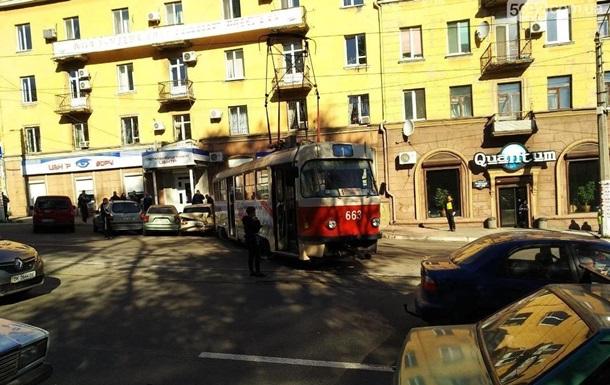 У Кам янському трамвай зійшов з колії і врізався в автомобіль