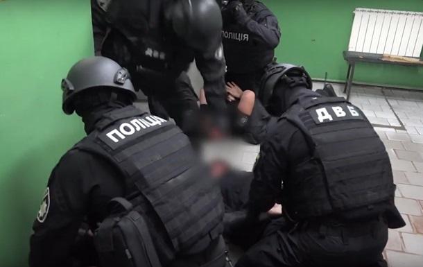 В Харькове арестовали двух полицейских за избиение мужчины в метро