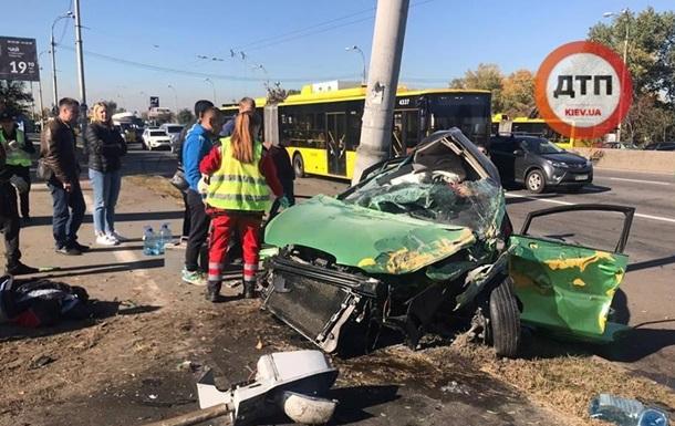 В Киеве автомобиль врезался в столб, есть жертвы