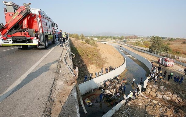 В Турции грузовик упал в реку, 19 погибших