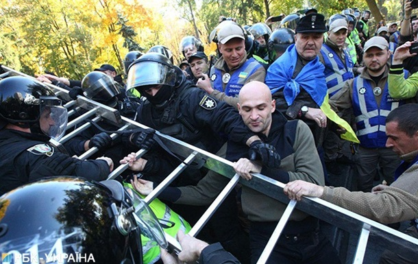Радикали в Києві намагаються знести пам ятник Ватутіну