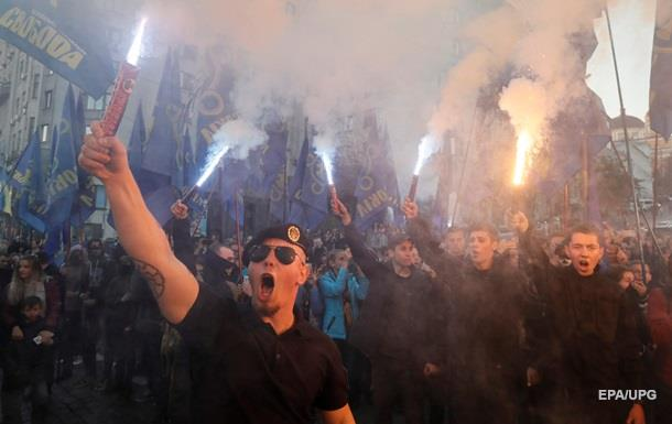 Повернемо Україну українцям . Плакати і кричалки на марші націоналістів