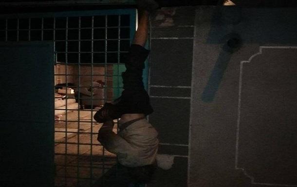 В Одессе вор застрял в заборе, убегая с места преступления