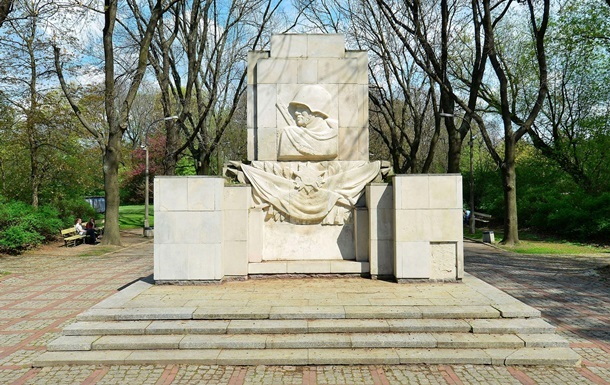 В Варшаве снесли памятник Благодарности советским солдатам