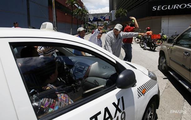 Таксист  облапал  и выбросил пассажирку из авто, заработав $1000
