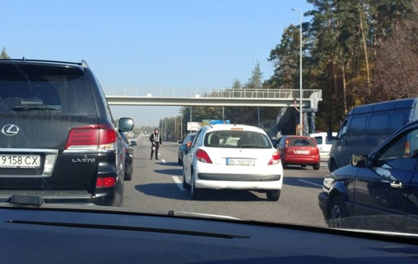Под Киевом пробка на трассе из-за спецоперации