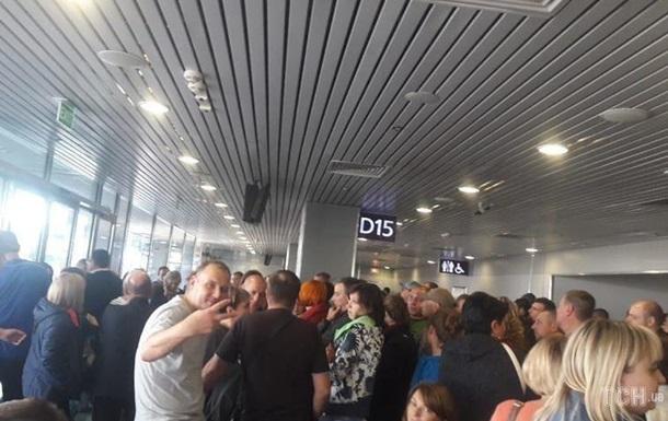 Неменее 200 курортников полсуток немогут вылететь изстоличного аэропорта