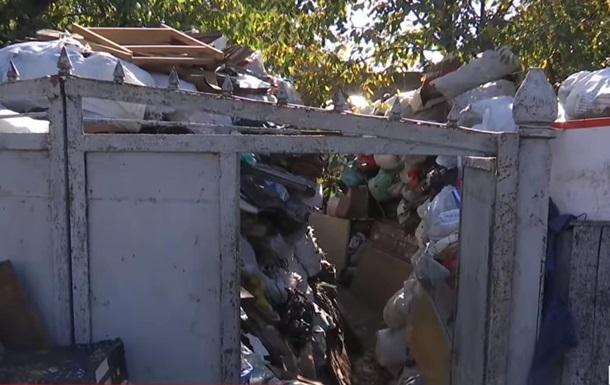 В Кропивницком двое мужчин собрали во дворе десятки тонн мусора