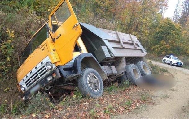 На Буковині вантажівка розчавила свого власника