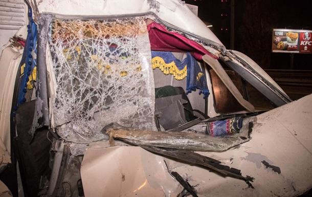 У Києві Газель із хлібом врізалася у вантажівку