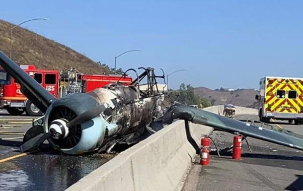 В США на трассу упал раритетный самолет