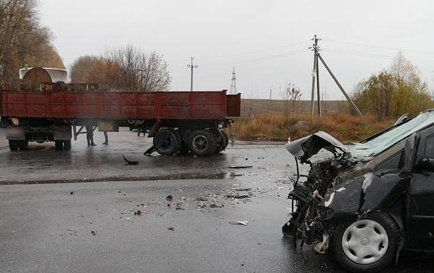 Под Хмельницким грузовик столкнулся с Volkswagen: пять пострадавших
