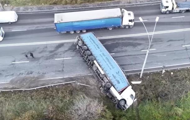 У Києві фура впала на бік і перекрила рух