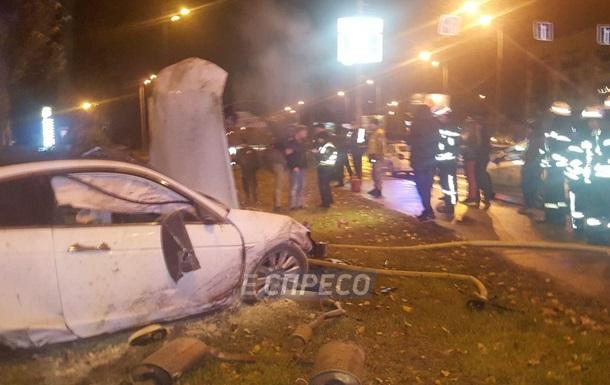 У Києві авто знесло два дерева і загорілося