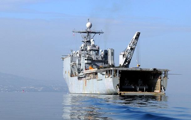Десантний корабель США отримав пошкодження під час шторму