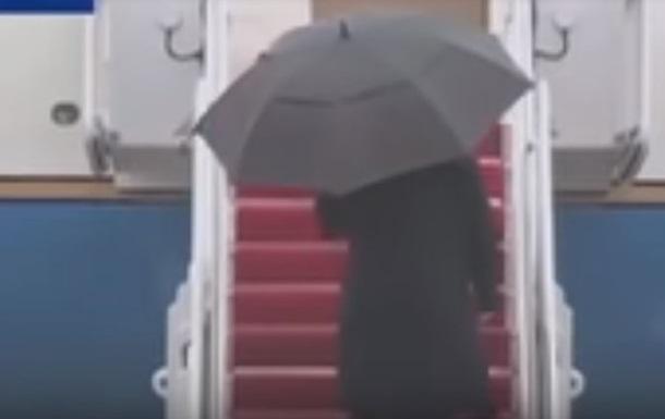 У Трампа случился конфуз с зонтом