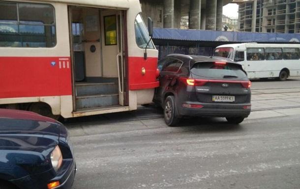 У Києві трамвай протаранив авто
