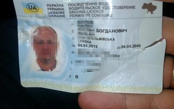 У Львові водій намагався з їсти права