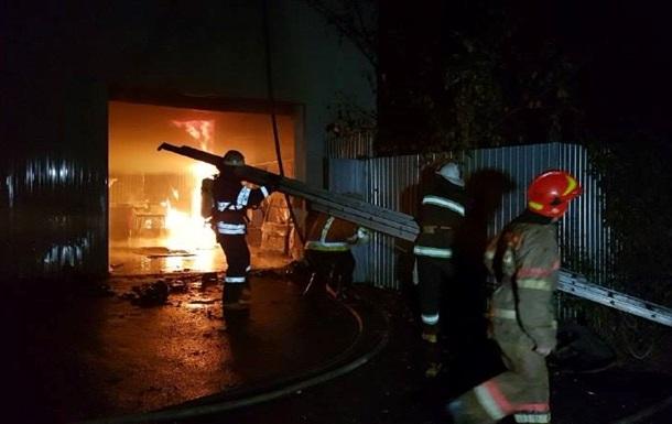 Два автомобиля сгорели на СТО в Киеве